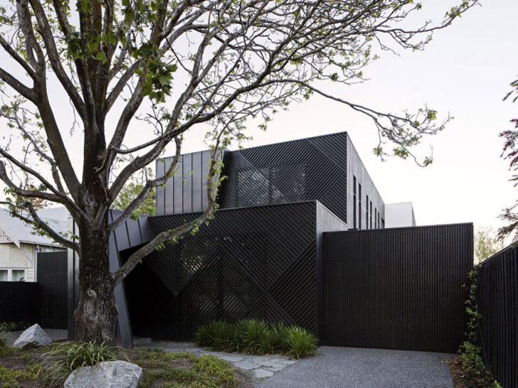 Дом обшитый черными деревянными рейками