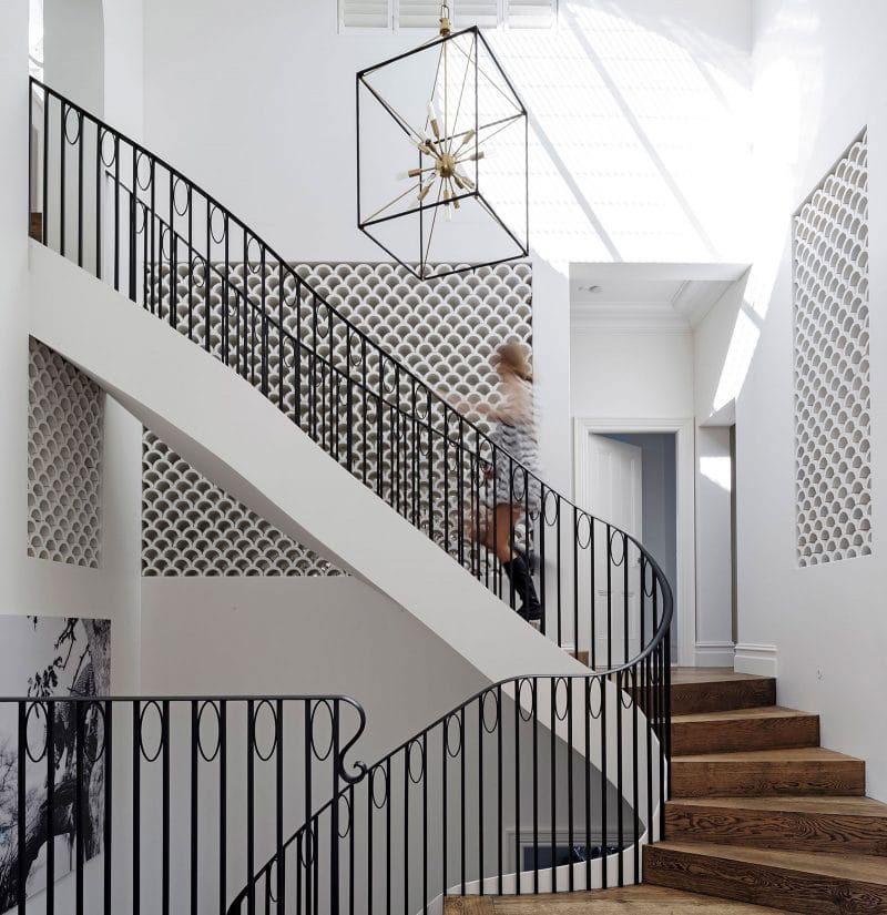 Дом с шикарной лестницей