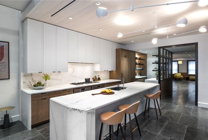 Дом с большим кухонным островом