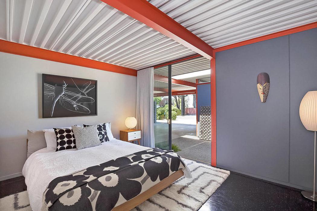 Дом с оранжевыми акцентами